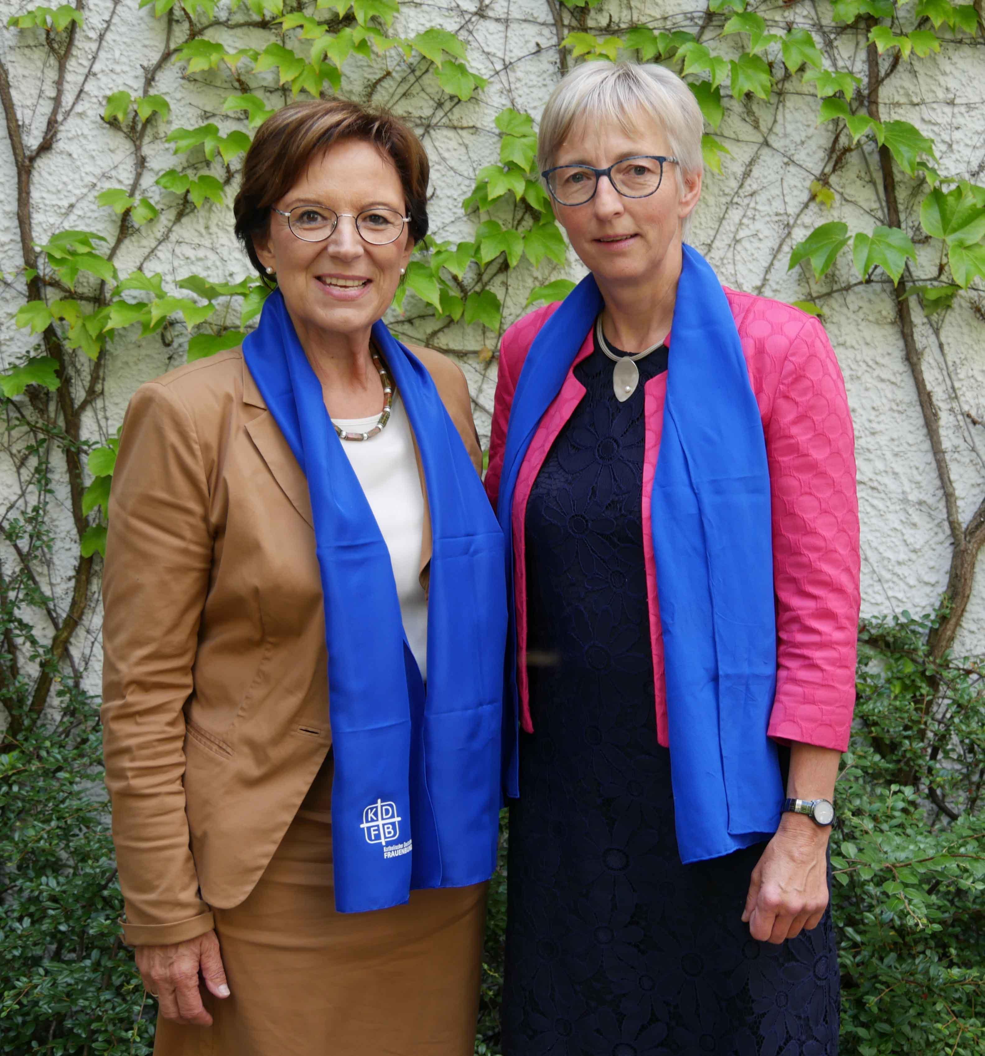Landesvorsitzende Emilia Müller (links) mit der stellvertretenden Vorsitzenden Sabine Slawik. (Foto: KDFB Landesverband Bayern)