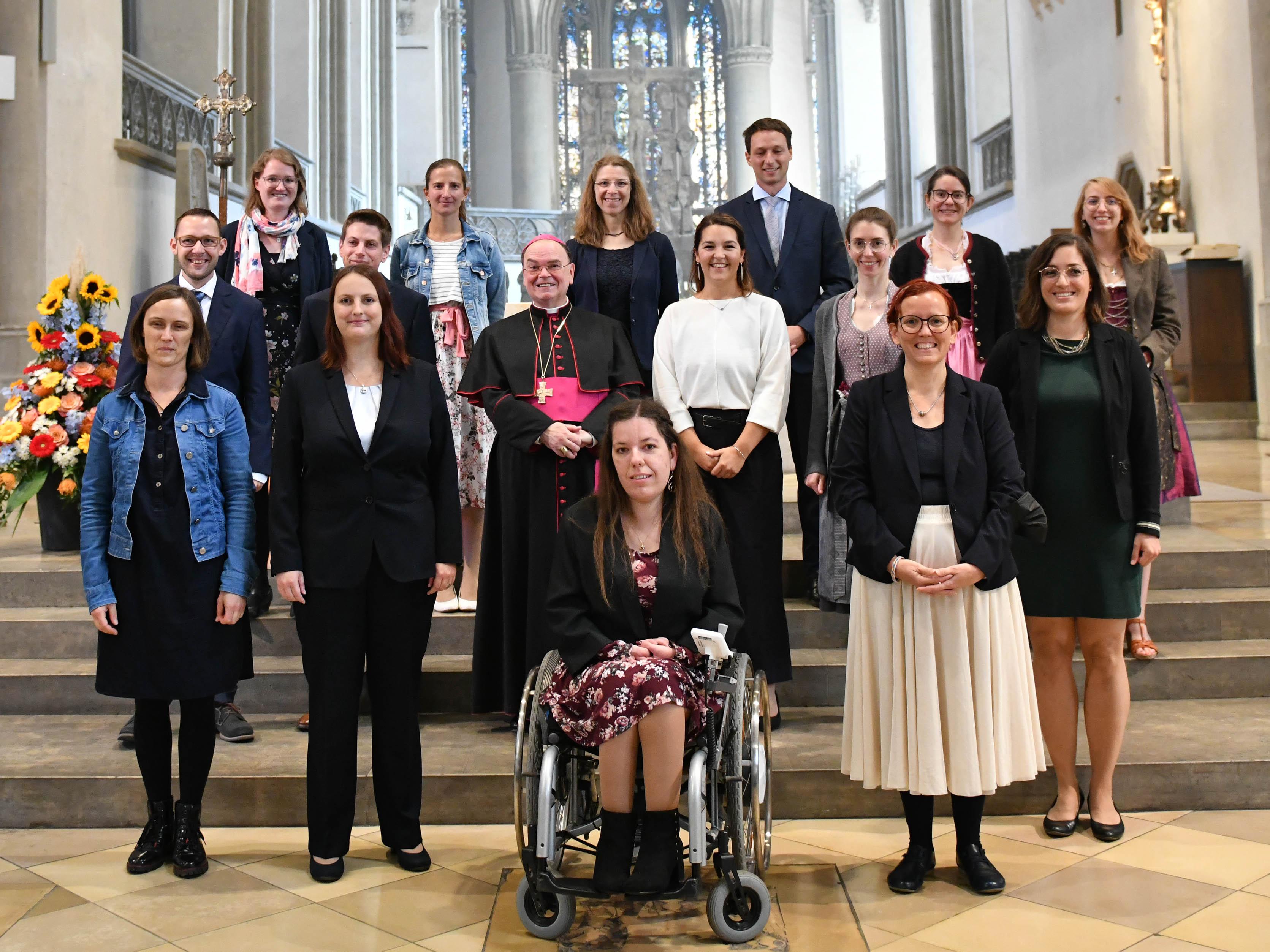 Bischof Bertram hat bei einem feierlichen Aussendungsgottesdienst 15 neue Mitarbeiter/-innen für den pastoralen Dienst beauftragt. (Fotos: Maria Steber / pba)
