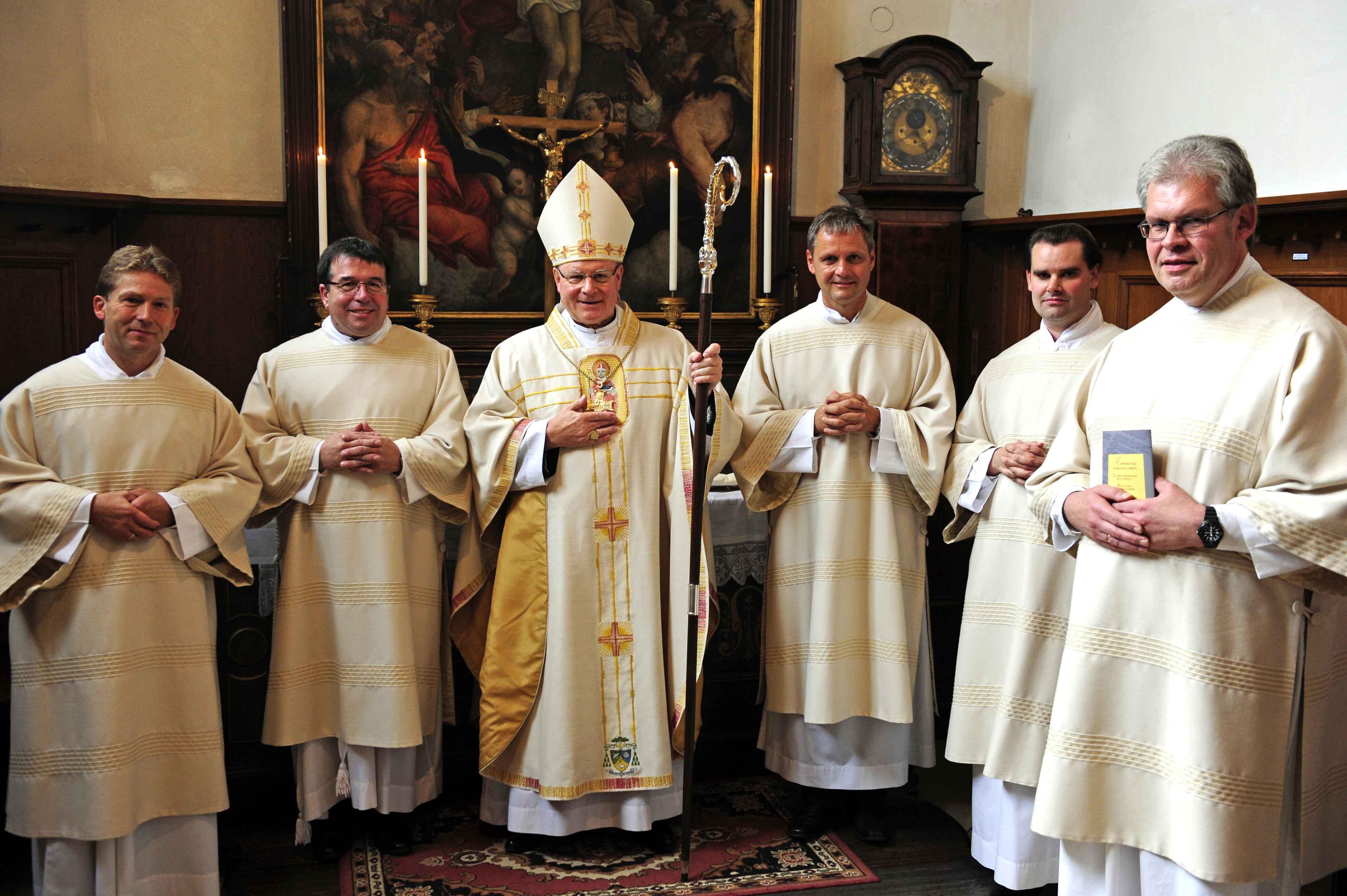 Bischof Konrad mit den fünf neuen Diakonen (v.l.) Albert Vögele, Franz-Xaver Bauer, Georg Seidenspinner, Andreas Martin und Anton Seemüller. (Fotos: pba/Nicolas Schnall)