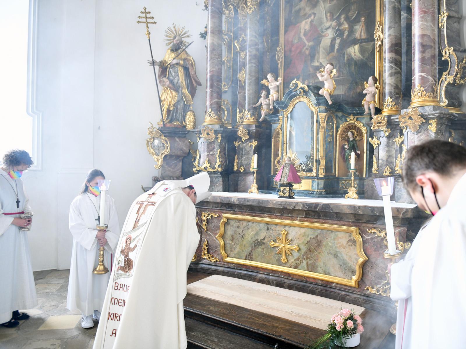 Bischof Bertram verehrt die Jesusfigur der sel. Margareta Ebner