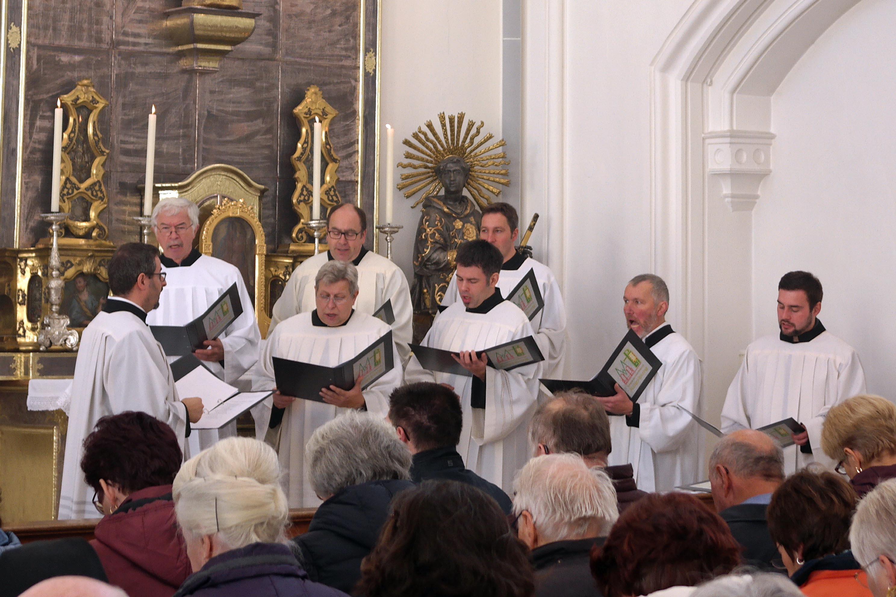 Die Männerschola des Mesnerverbands gestaltete den Festgottesdienst in der Mindelheimer Stadtpfarrkirche. (Foto: Simone Zwikirsch / pba)