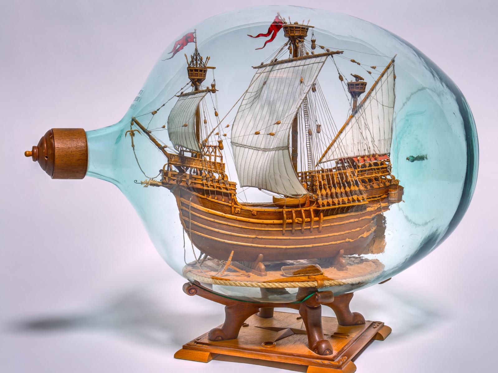 Flaschenschiff mit dem Modell einer spätmittelalterlichen flämischen Karacke (um 1980). Der Weltumsegler Ferdinand Magellan ist mit einem ähnlichen Schiff gefahren (Foto: Michael Röber)