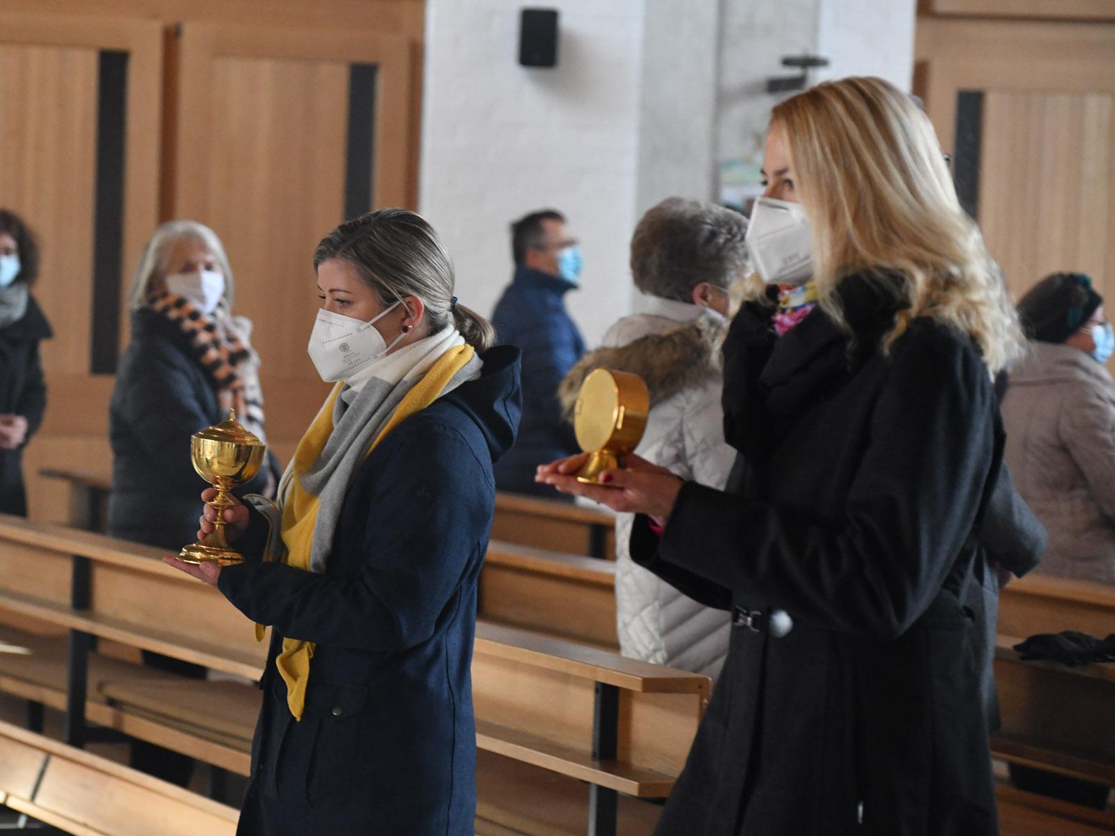 Das Allerheiligste wird in einer Prozession aus der Kirche gebracht (Foto: Julian Schmidt / pba)