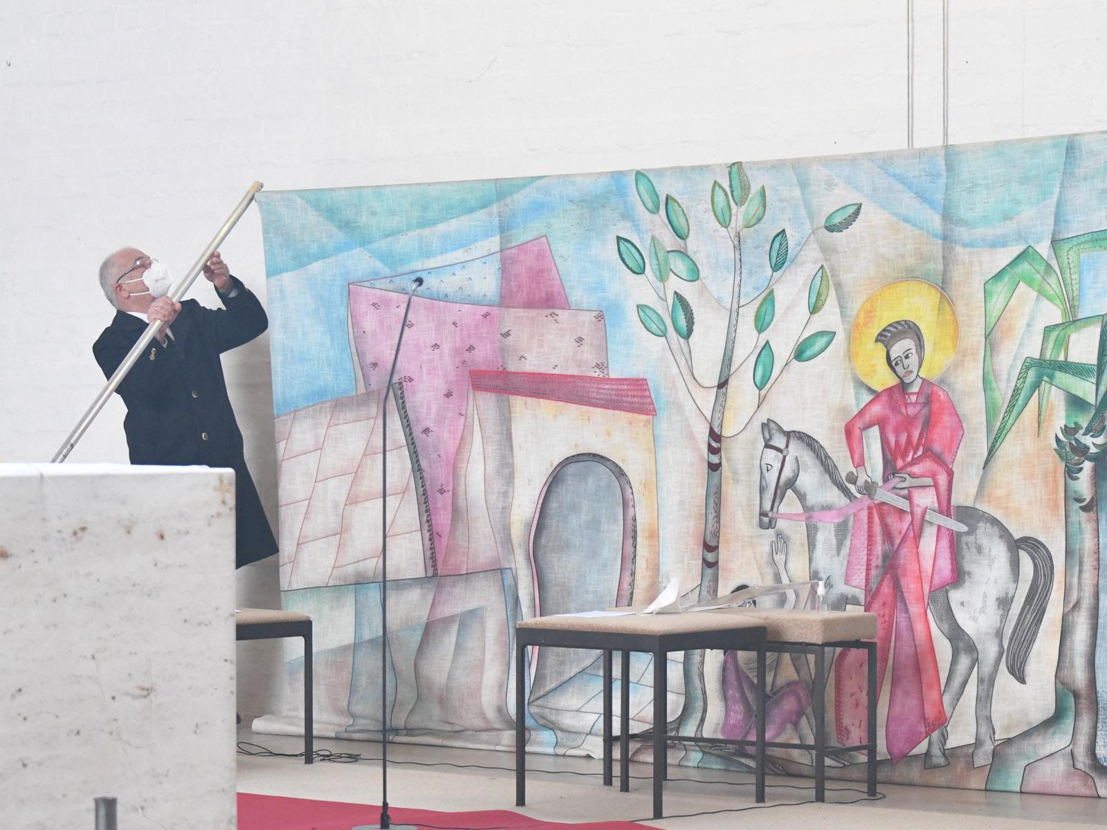 Das Martinsbild im Altarraum wird abgehängt (Foto: Julian Schmidt / pba)