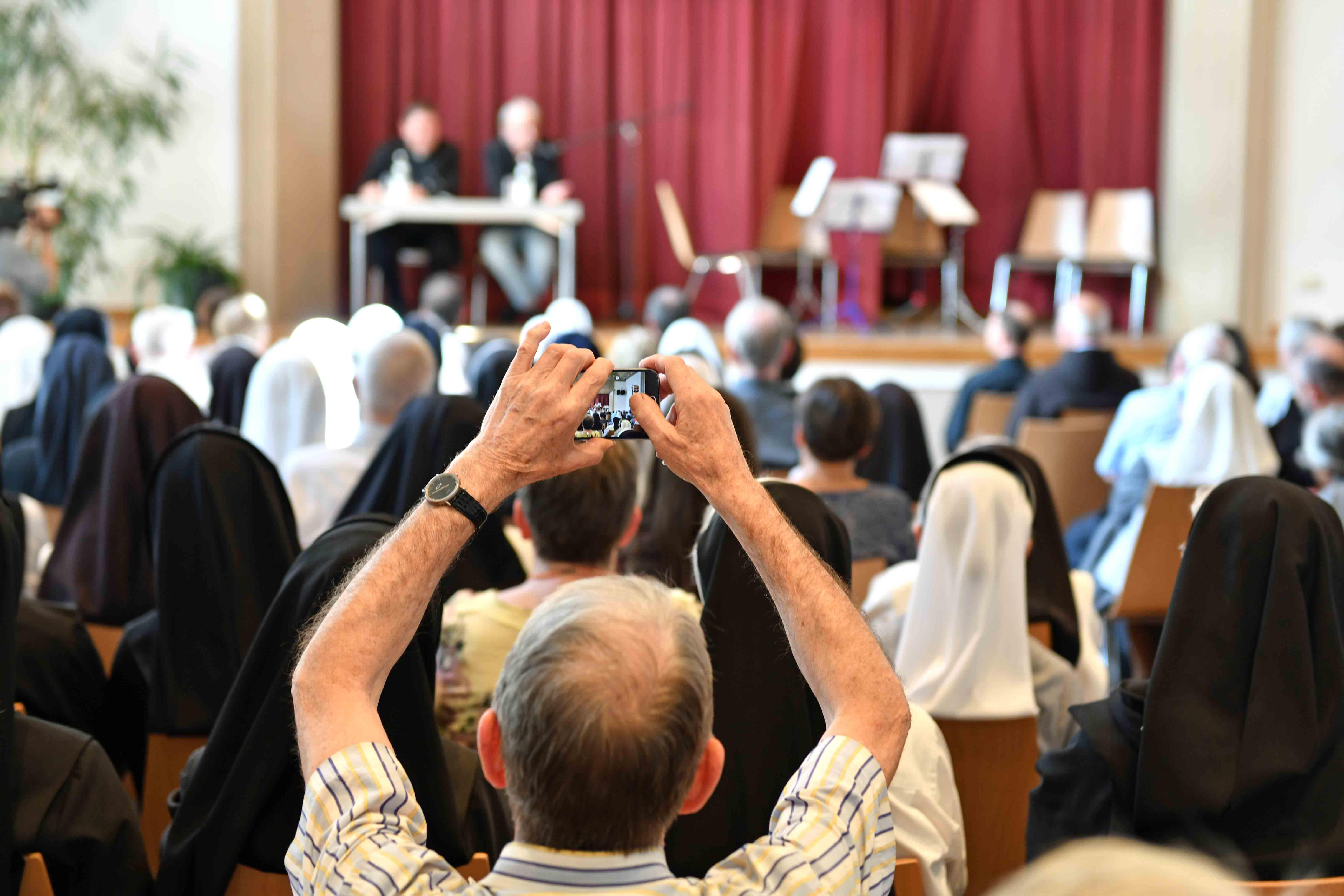 Wie kann es gelingen, miteinander Kirche zu sein? Auf diese Frage formulierte Kardinal João Braz de Aviz vor 150 Ordensleuten im Kolpingsaal Impulse. (Fotos: Nicolas Schnall / pba)