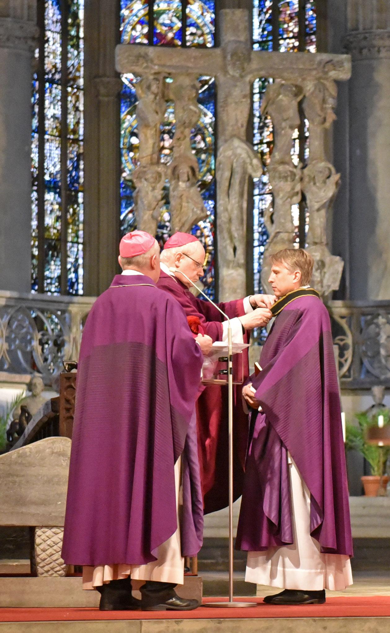 Bischof Konrad überreicht dem neuen Domkapitular Dr. Thomas Groll das Kapitelkreuz. (Fotos: Romana Kröling / pba)