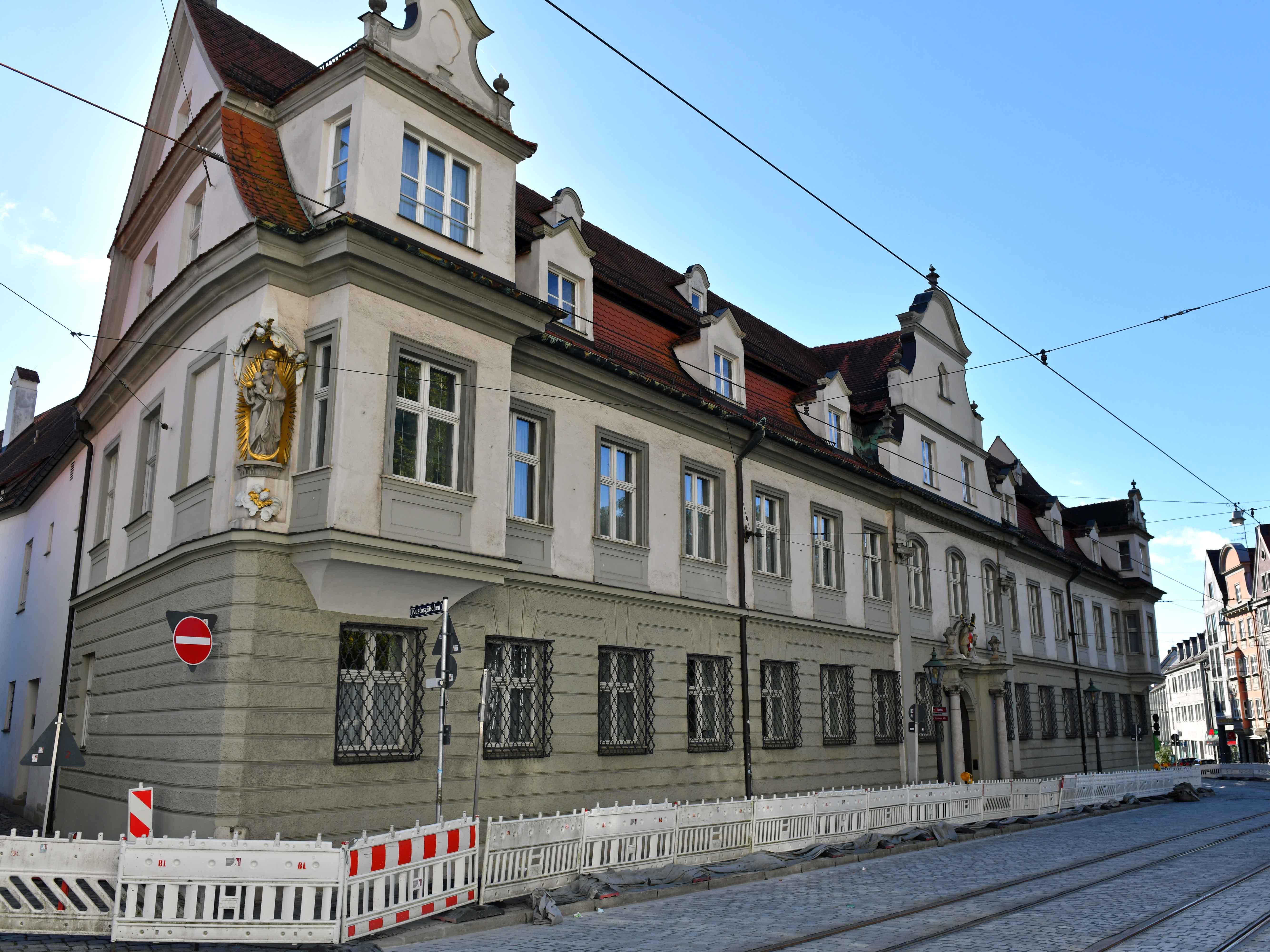 Nachdem die Straßenarbeiten vor dem Bischofshaus kurz vor dem Abschluss stehen, wird das denkmalgeschützte Haus nun ebenfalls saniert. (Foto: Nicolas Schnall / pba)