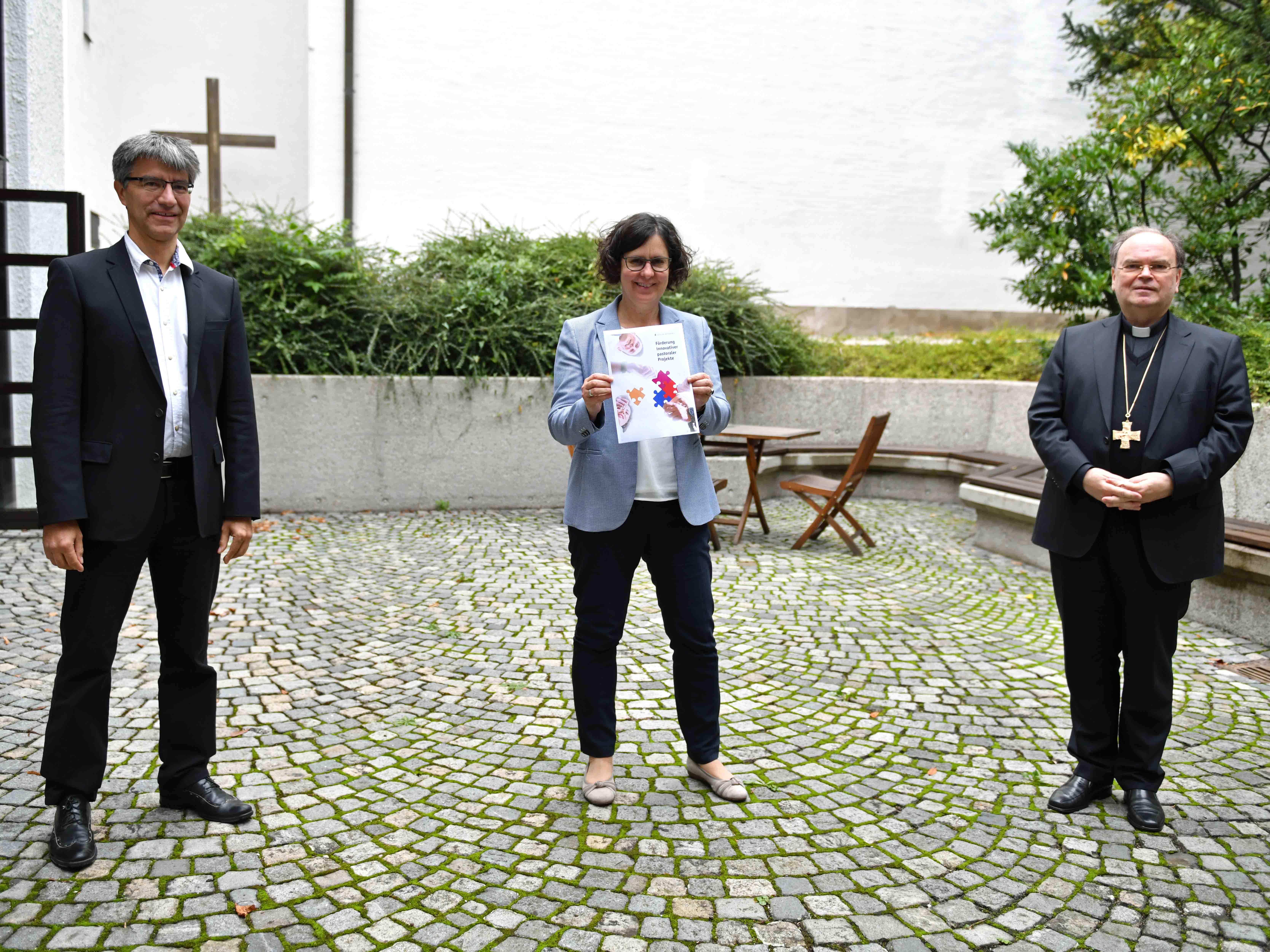 Bei der Vorstellung des Innovationsfonds im Haus St. Ulrich (v.l.): Dr. Thomas Wienhardt, Angelika Maucher, Bischof Dr. Bertram Meier. (Foto: Nicolas Schnall / pba)