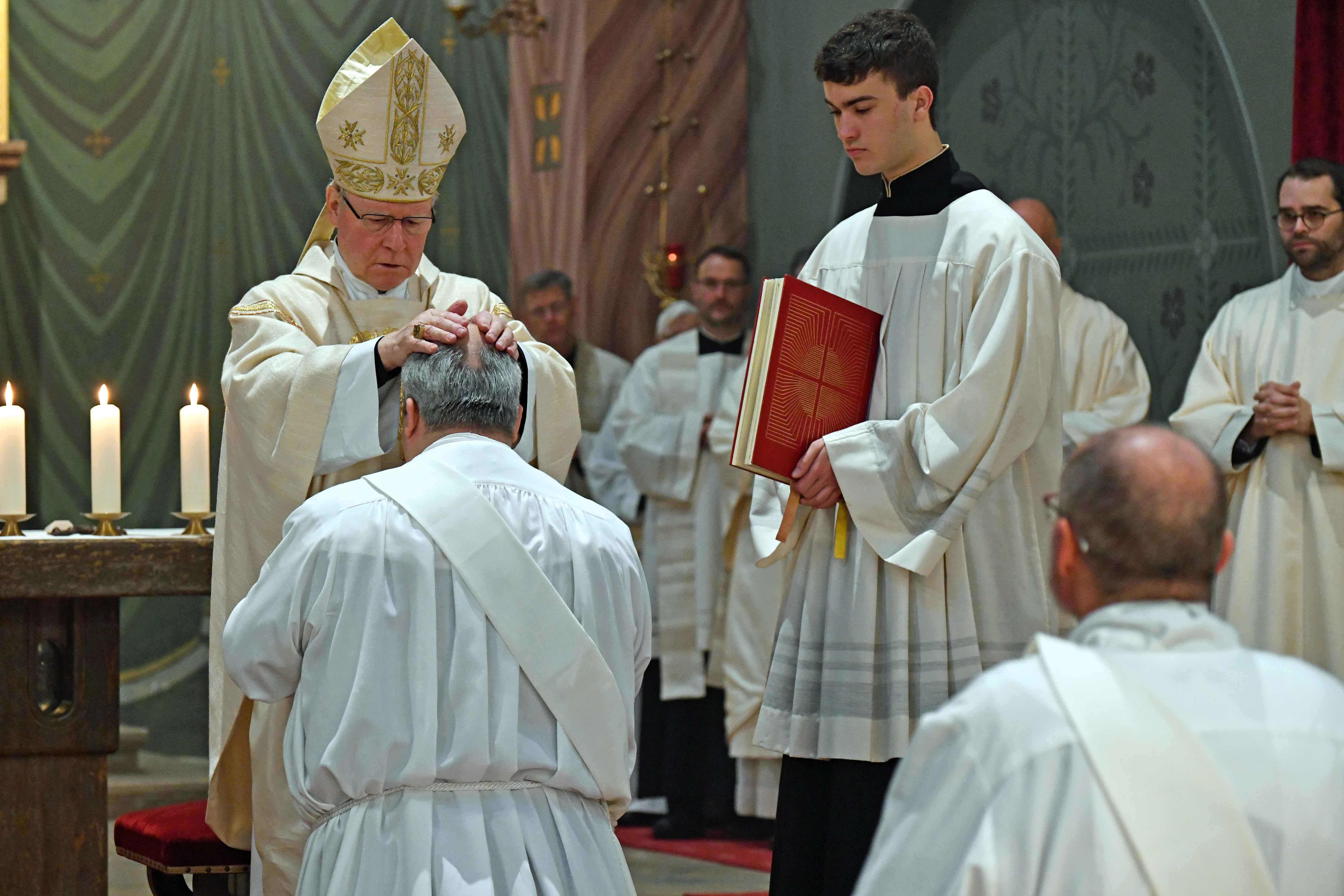 Durch Handauflegung und Gebet weihte Bischof Kornad die beiden Diakone zu Priestern. (Fotos: Nicolas Schnall / pba)