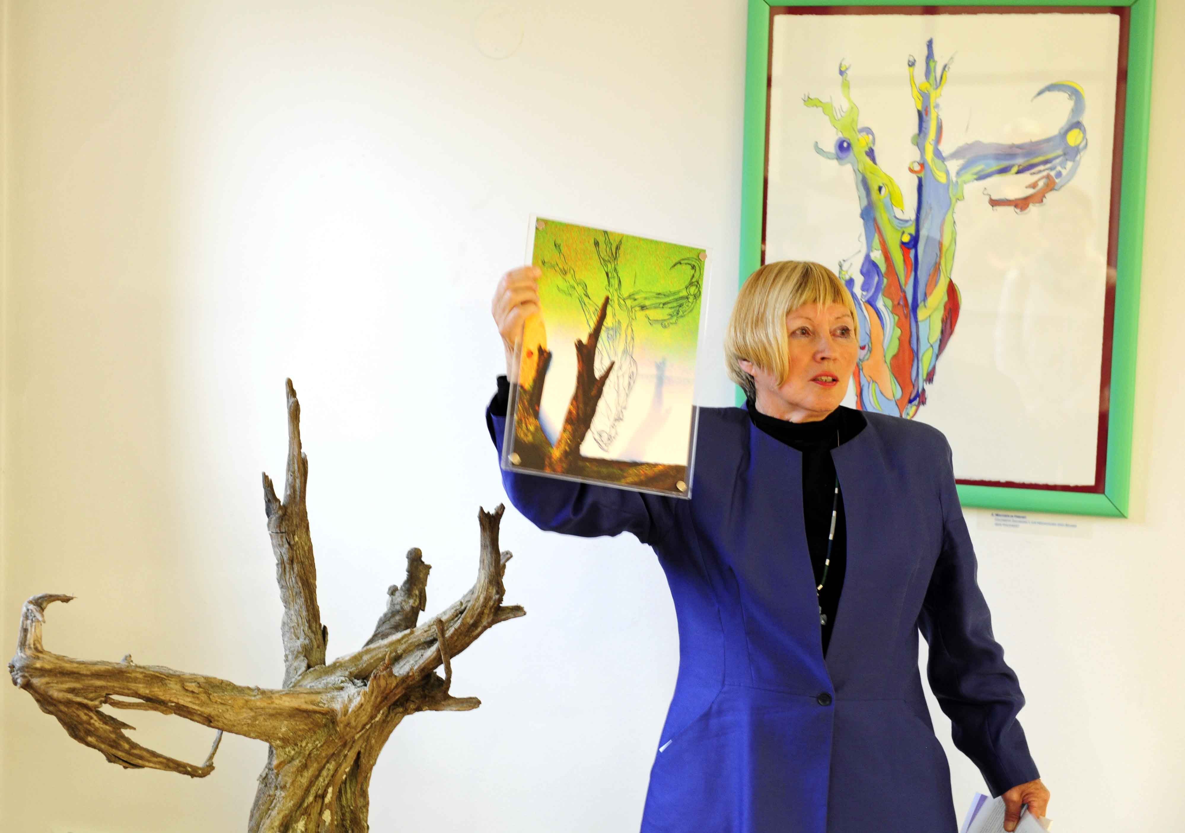 Wachsen in Freiheit: Maria-Anna Bäuml-Roßnagl spricht über ihre Gedanken beim Entstehen der Kunstwerke. (Fotos: pba/Nicolas Schnall)