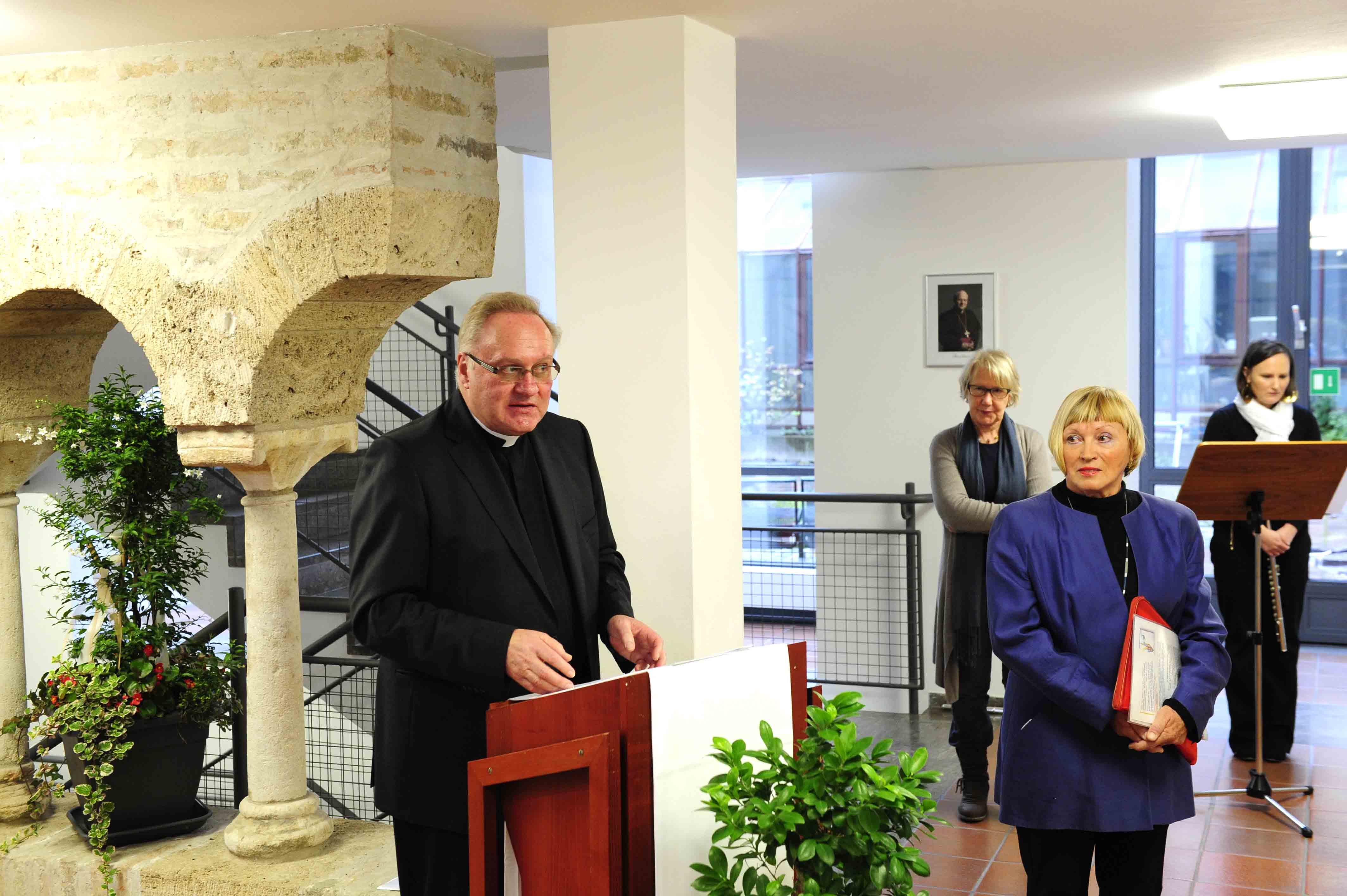 Einführende Worte von Bischofsvikar Karlheinz Knebel zum Schaffen der Künstlerin.
