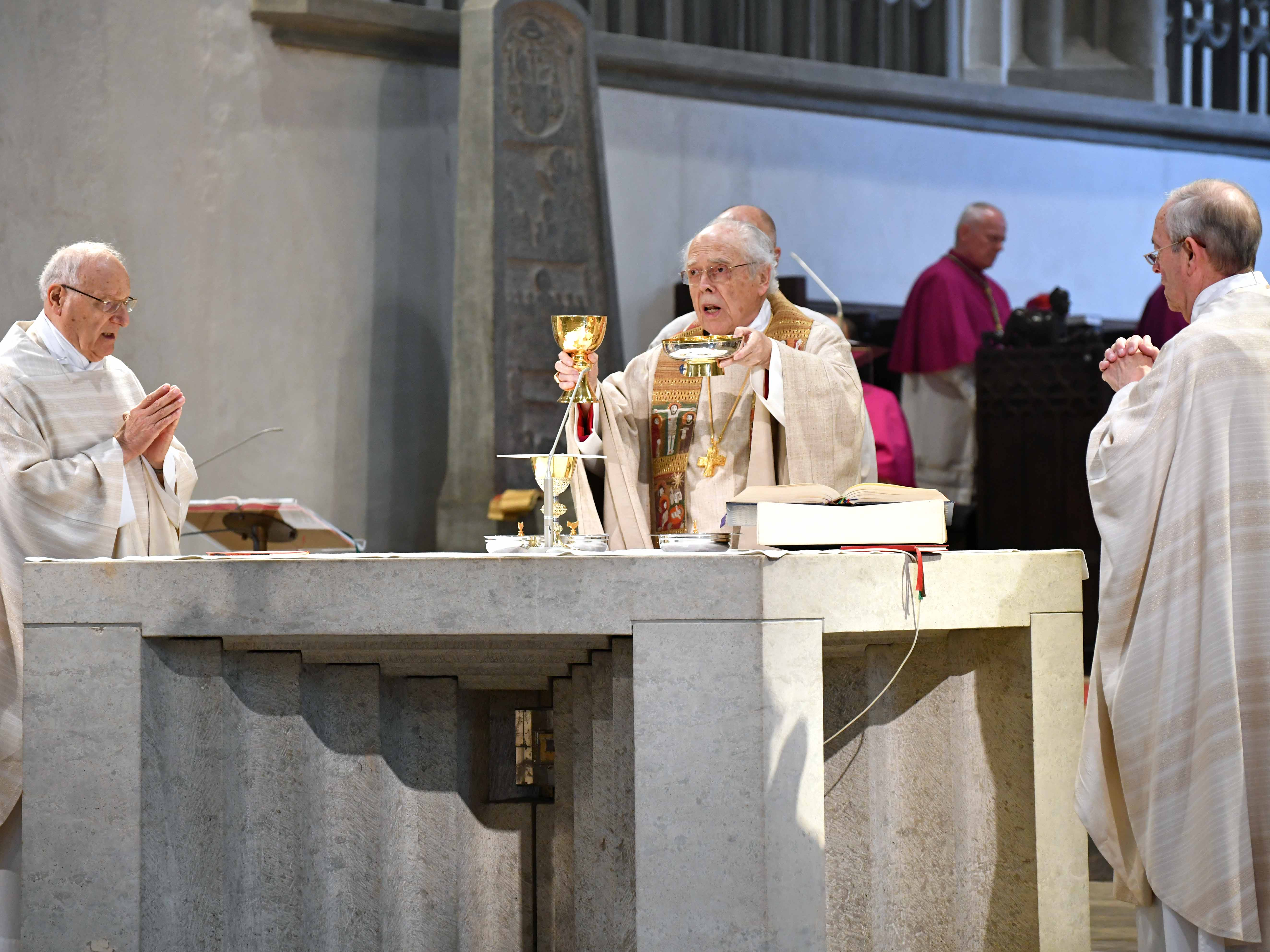 160 Jahre im priesterlichen Dienst: Weihbischof Grünwald zusammen mit den Konzelebranten Msgr. Franz-Reinhard Daffner und Prälat Karl-Heinz Zerrle. (Fotos: Nicolas Schnall / pba)