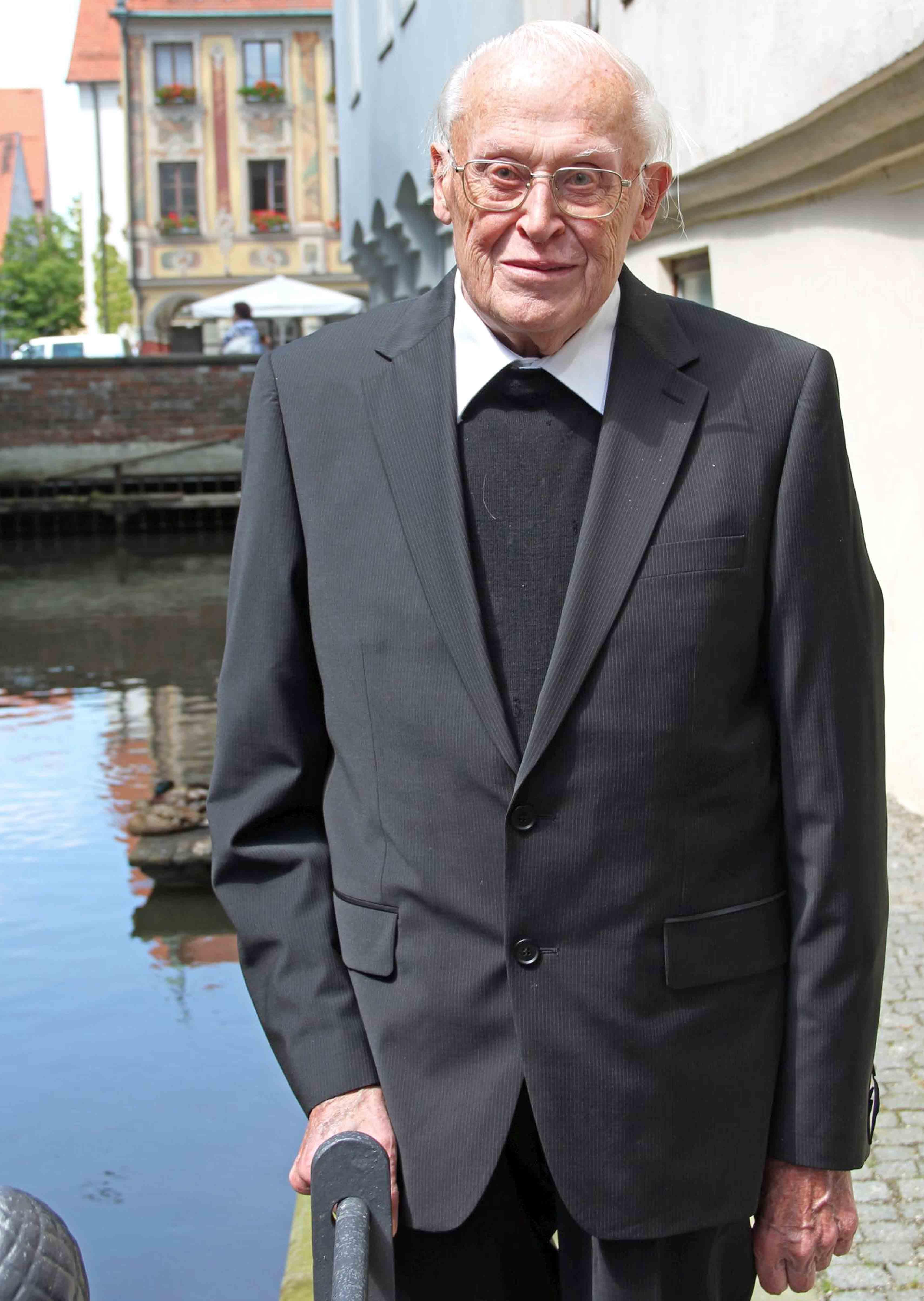 Weihbischof Max Ziegelbauer am Stadtbach seiner geliebten Heimatstadt Memmingen. (Archivaufnahme aus dem Jahr 2013. Foto: Alexandra Wehr/Pressestelle Stadt Memmingen)