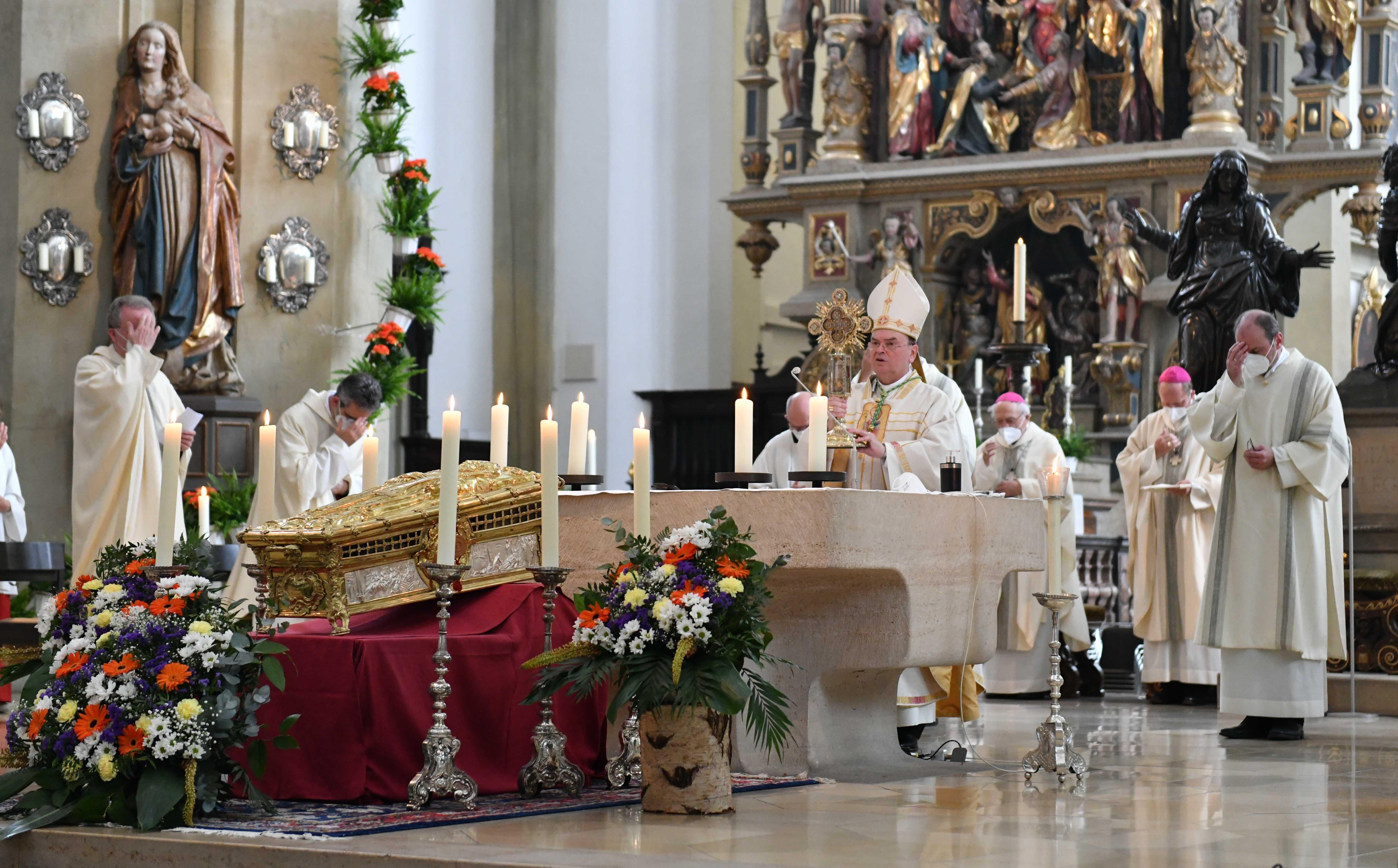 Beim Pontifikalamt zum Hochfest des hl. Ulrich hat Bischof Dr. Bertram Meier dazu aufgerufen, sich von Vorbildern des Glaubens in Geschichte und Gegenwart stärken zu lassen. (Fotos: Maria Steber / pba)