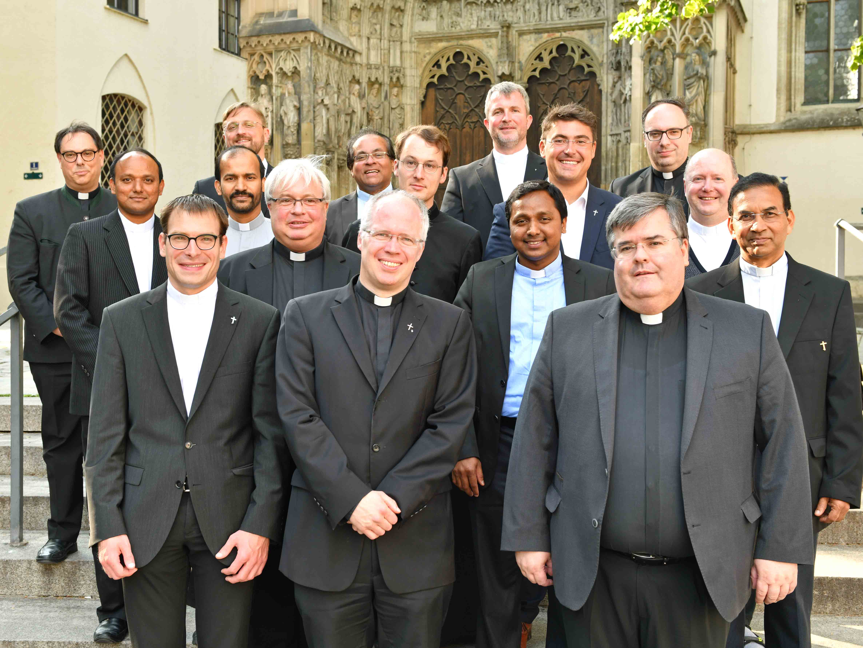 Nach der Kanonischen Institution vor dem Augsburger Dom: Monsignore Harald Heinrich gemeinsam mit Priestern, die zum September ihre Stellen wechseln. (Foto: Nicolas Schnall / pba)