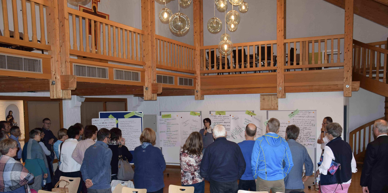 Am Ende der Zukunftswerkstatt stellen die einzelnen Gruppen ihre Ergebnisse in großer Runde vor. (Foto: Sabine Verspohl-Nitsche/pdke)