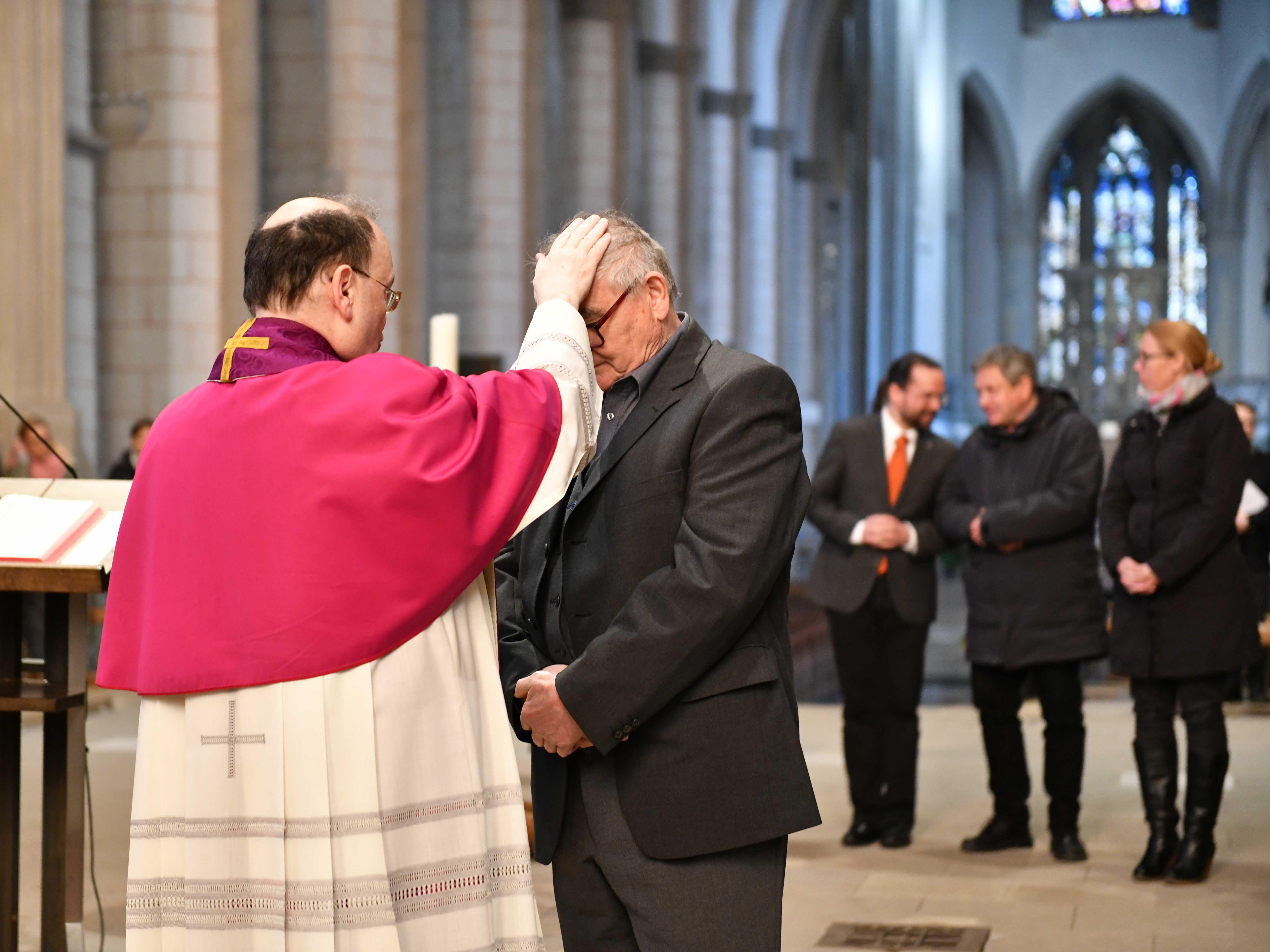 Prälat Meier legte jedem einzelnen Bewerber die Hand als Zeichen des Segens auf. (Foto: Maria Steber / pba)