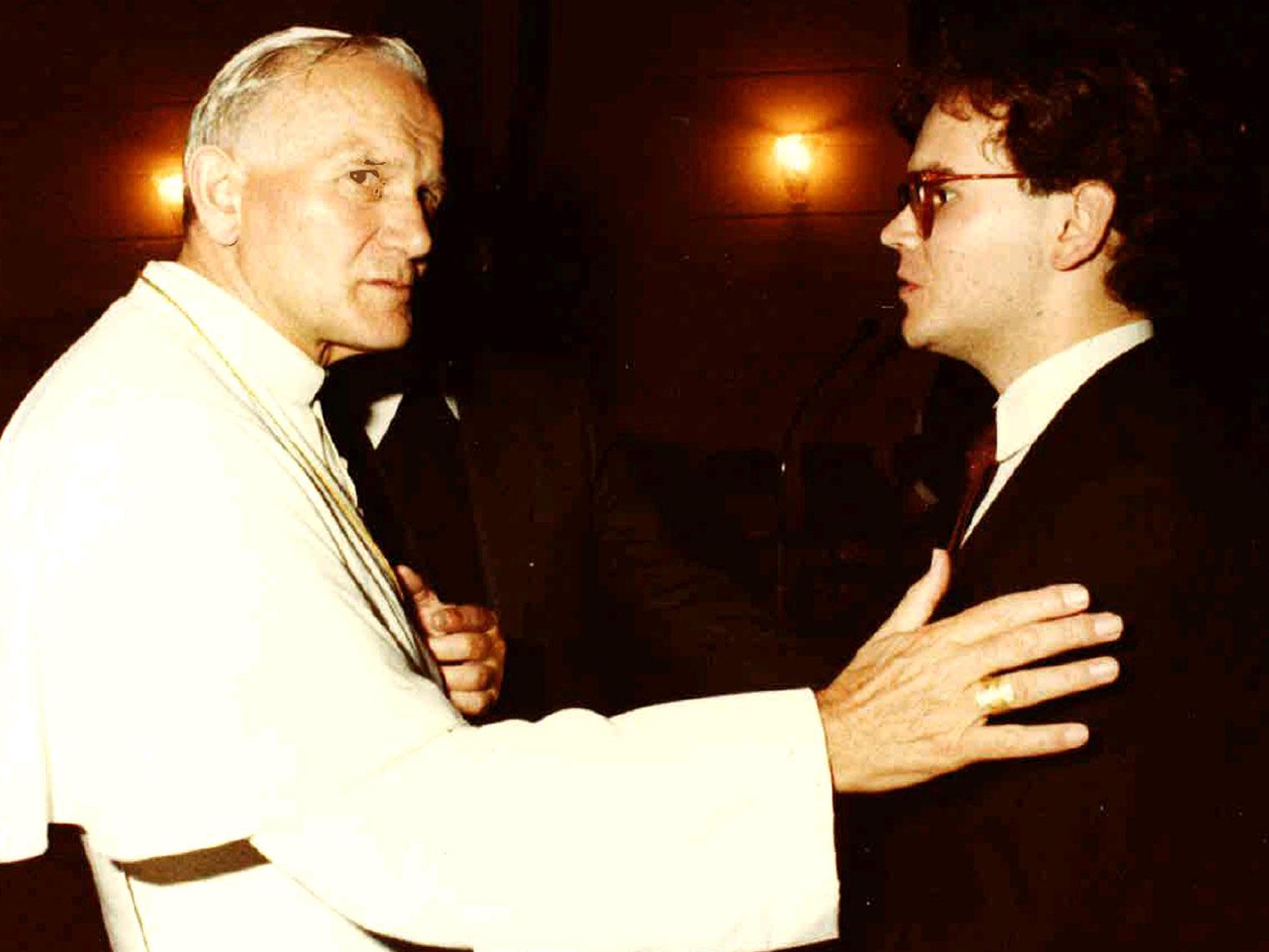 Papst Johannes Paul II besuchte 1981 das Germanikum in Rom und traf dort mit dem Theologiestudenten Bertram Meier zusammen.