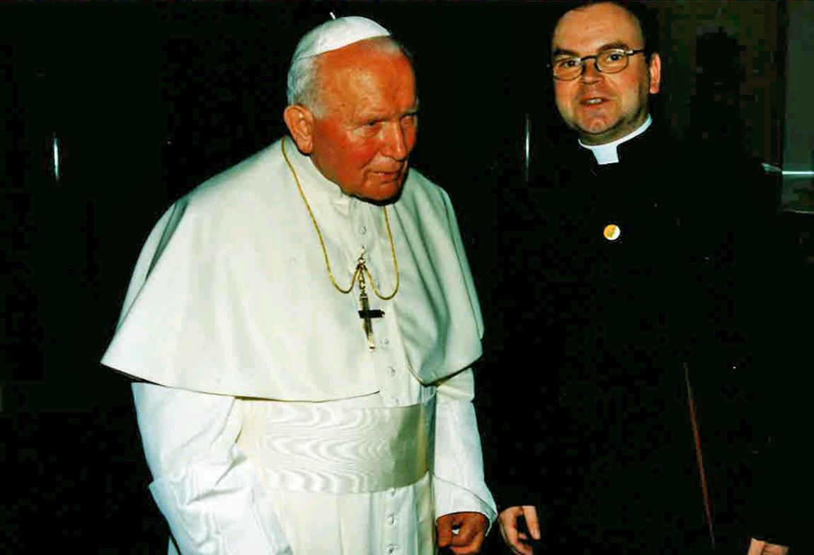 Als Leiter der deutschsprachigen Abteilung des vatikanischen Staatssekretariats begleitete Bertram Meier im Juni 1998 Papst Johannes Paul II bei seiner Pastoralreise nach Österreich.