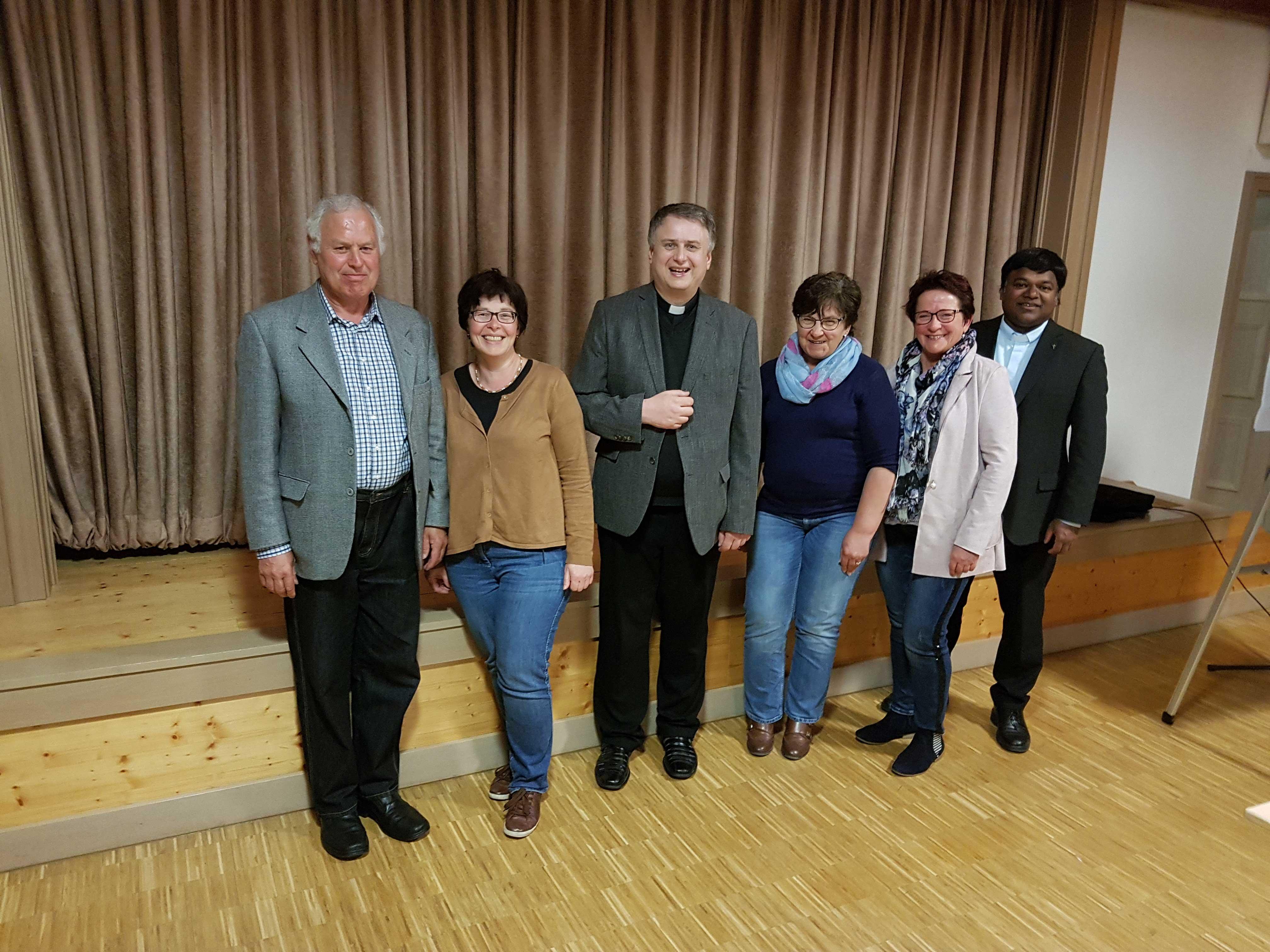 BDer Vorstand mit Karl Dolp, Brigitte Röhricht, Dekan Andreas Straub, Petra Pistel (1. Vorsitzende), Elisabeth Mayer und Prodekan Eli Fernandes (von links).