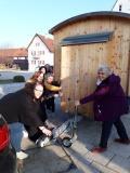 Mit dem Frauenpowerteam vom Glaubenstag in Tussenhausen war der Schäferwagen schnell aufgestellt