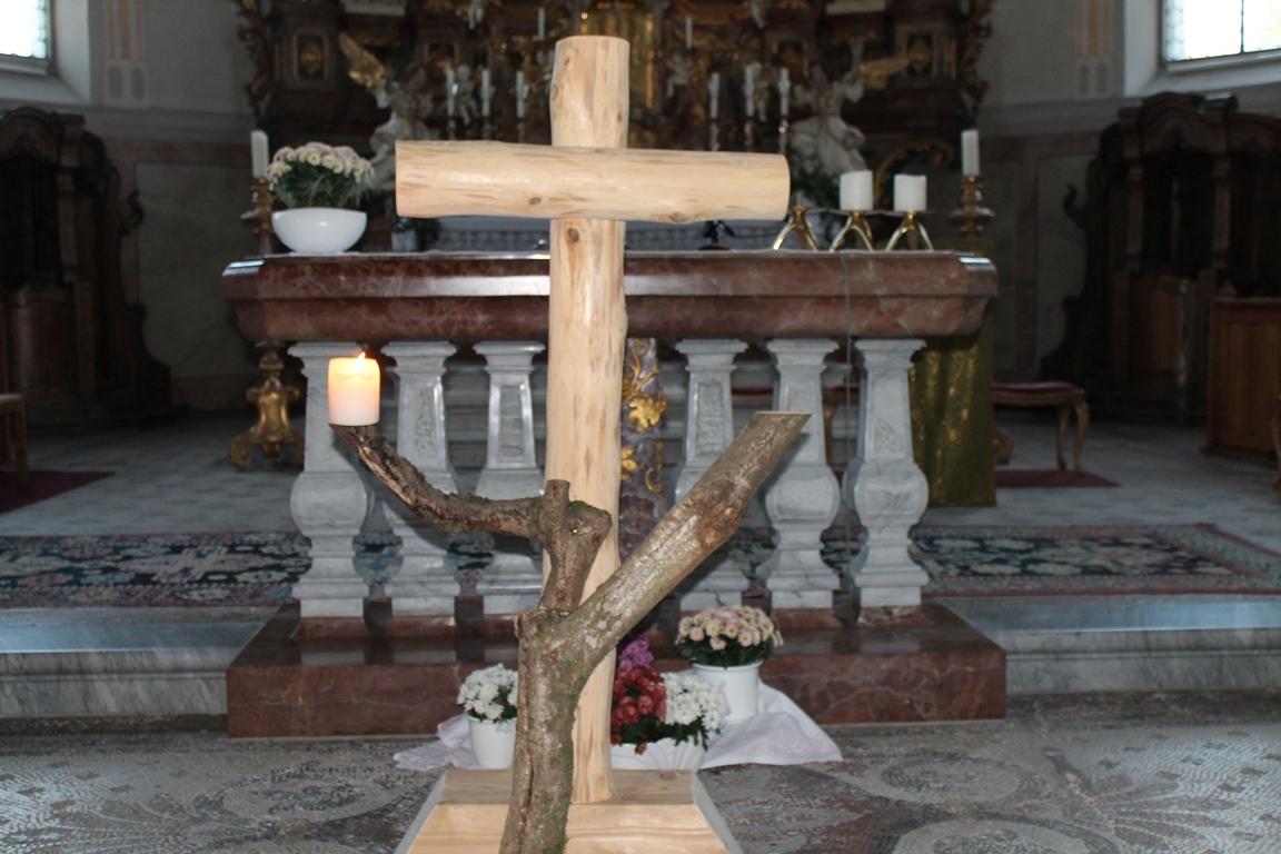 von Kaplan Norbert Rampp gefertigte Kreuz das uns bei den Abschiedsgebeten begleiten wird