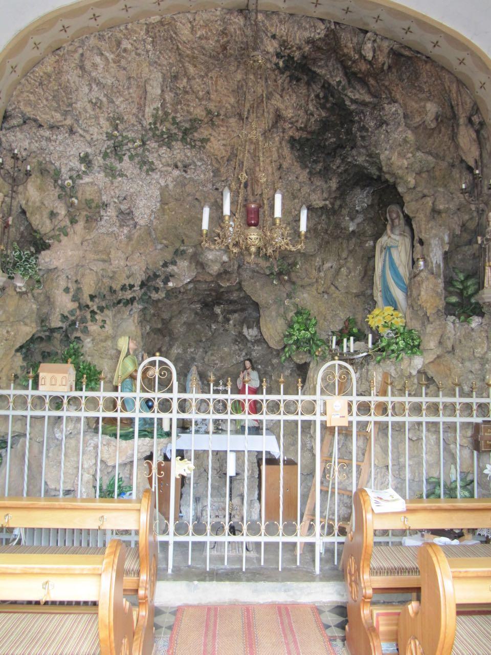 Grotte mit Bänke