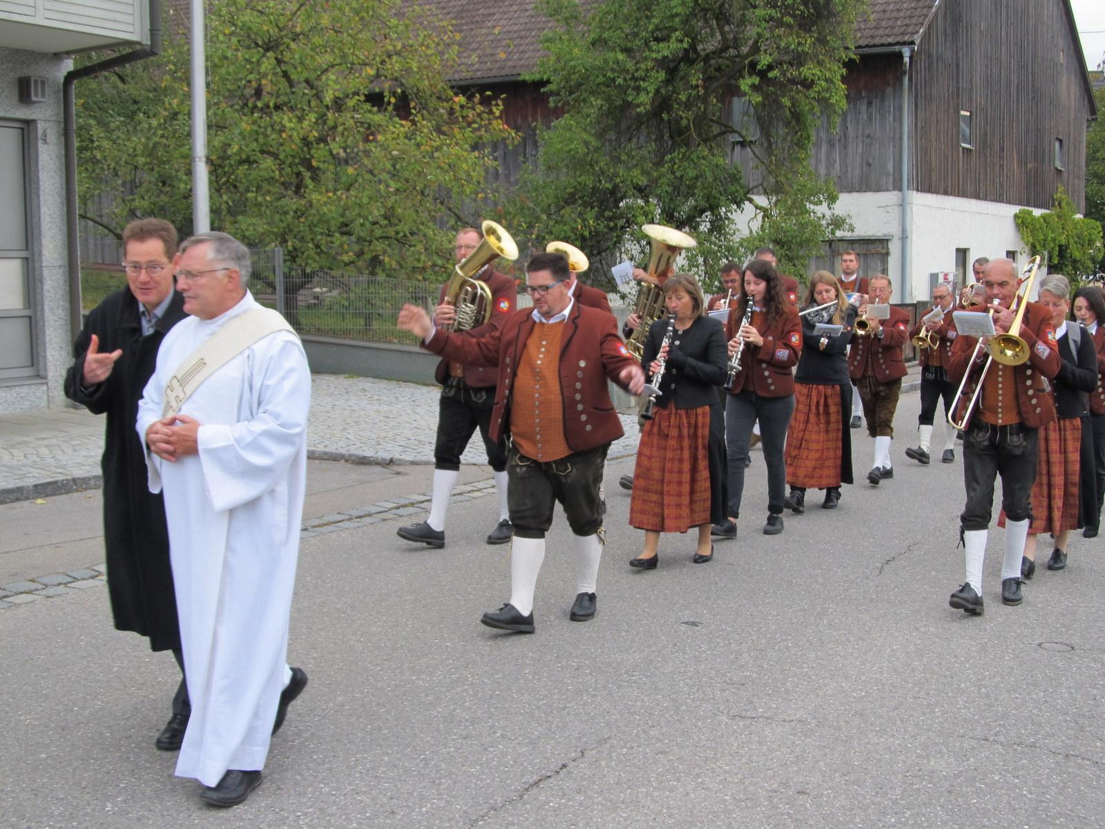 Diakon Scharpf und der Musikverein Gablingen führen den Zug an