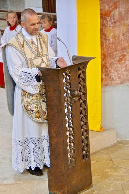 Begrüßung der Gottesdienstteilnehmer durch Stadtpfarrer Raffaele De Blasi
