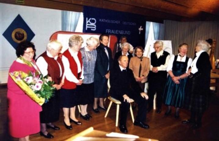 Die Gründungsmitglieder mit dem Begründer des Frauenbundes Seehausen, Geistlicher Rat Michael Stöckle