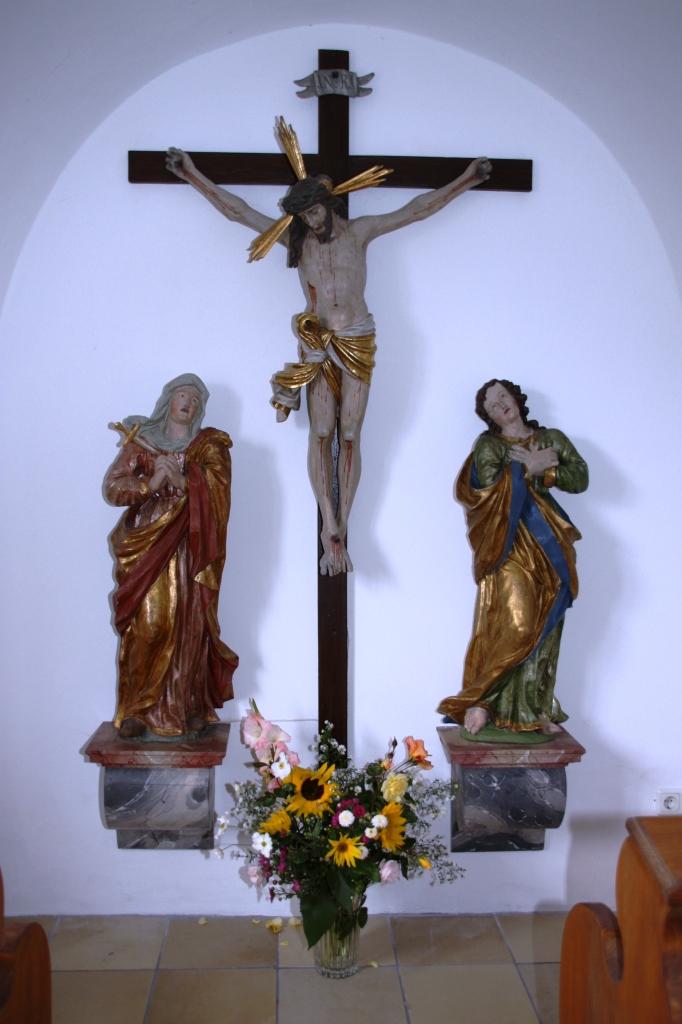 Die Kreuzigungsgruppe in der Arme-Seelen-Kapelle ist mit der Restaurierung der Johannes-Figur seit 18. Oktober 2015 wieder komplett.