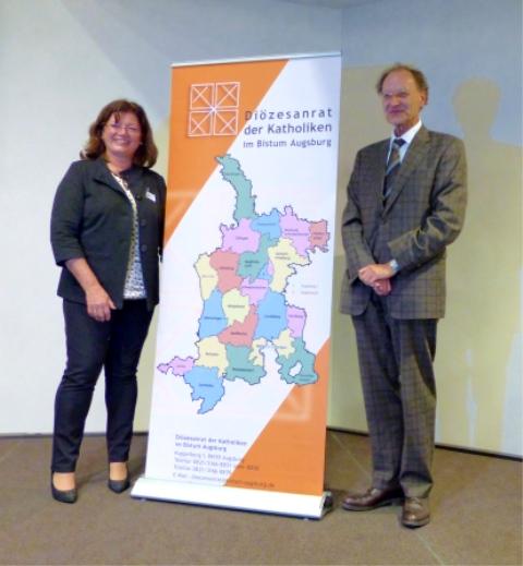 Die Vorsitzende des Diözesanrates Hildegard Schütz begrüßte den neuen bischöflichen Beauftragten Msgr. Dr. Wolfgang Hacker (Bild: Diözesanrat)