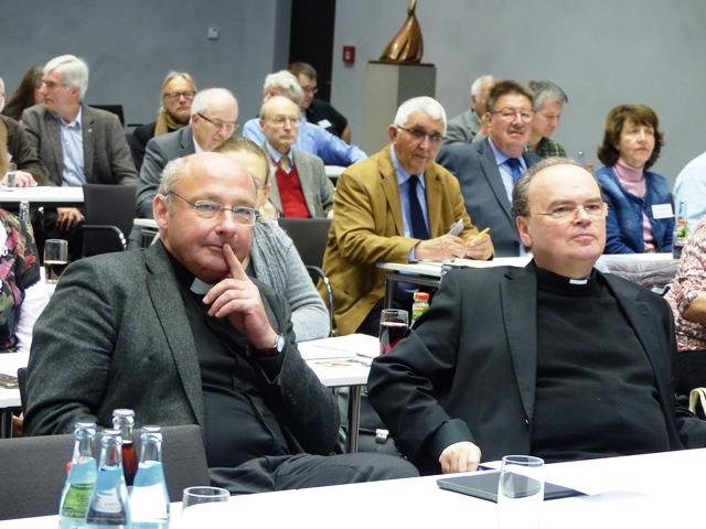 Pfarrer Dr. Ulrich Lindl, Leiter der Hauptabteilung Kirchliches Leben, und Prälat Dr. Bertram Meier, Bischofsvikar für Ökumene und Interreligiöser Dialog, auf der Herbstvollversammlung. (Foto: Beate Dieterle)