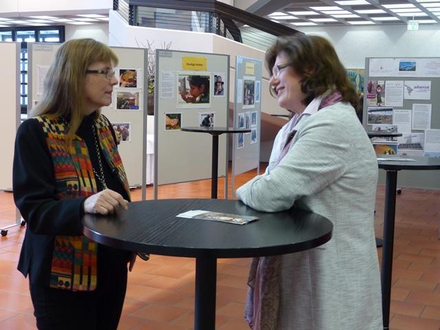 Hauptreferentinnen im Gespräch: Prof. Gerda Riedl und Hildegard Schütz im Ausstellungsfoyer der Vollversammlung (Foto: Beate Dieterle)