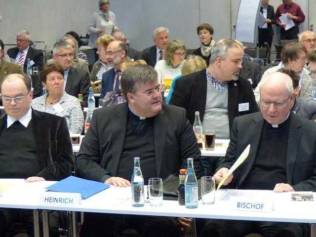 In der ersten Reihe: Domdekan Dr. Bertram Meier, Generalvikar Harald Heinrich und Bischof Dr. Konrad Zdarsa. (Foto: Beate Dieterle)