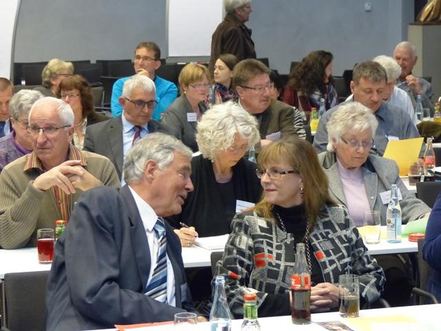 Immer im Gespräch: Helmut Mangold und Prof. Gerda Riedl. (Foto: Beate Dieterle)