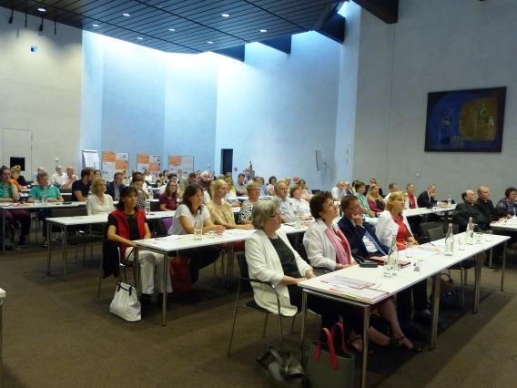 An die hundert Gäste waren zur Fachtagung gekommen, darunter Weihbischof Florian Wörner (rechts im Bild). (Foto: Diözesanrat)