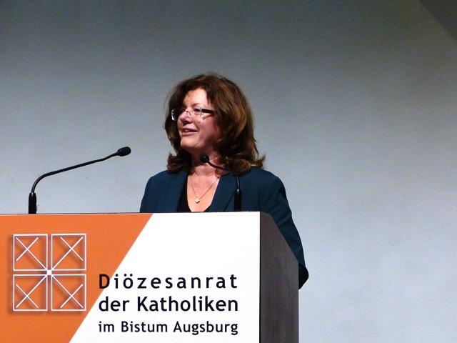 Bericht der Vorsitzenden: Hildegard Schütz bei ihrem Vortrag (Foto: Beate Dieterle - Diözesanrat)