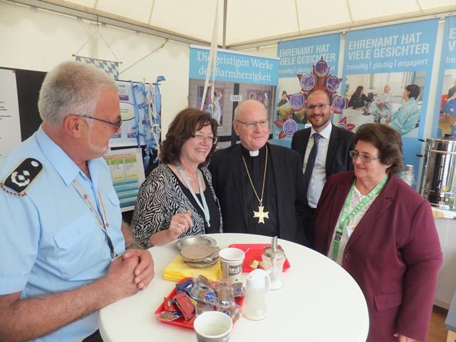 Mit Gästen aus Augsburg: Ernst Schmidhuber, Hildegard Schütz und Sieglinde Hirner begrüßten Bischof Dr. Konrad Zdarsa und Bischofssekretär Johannes Steber (Foto: E.Schmidhuber)