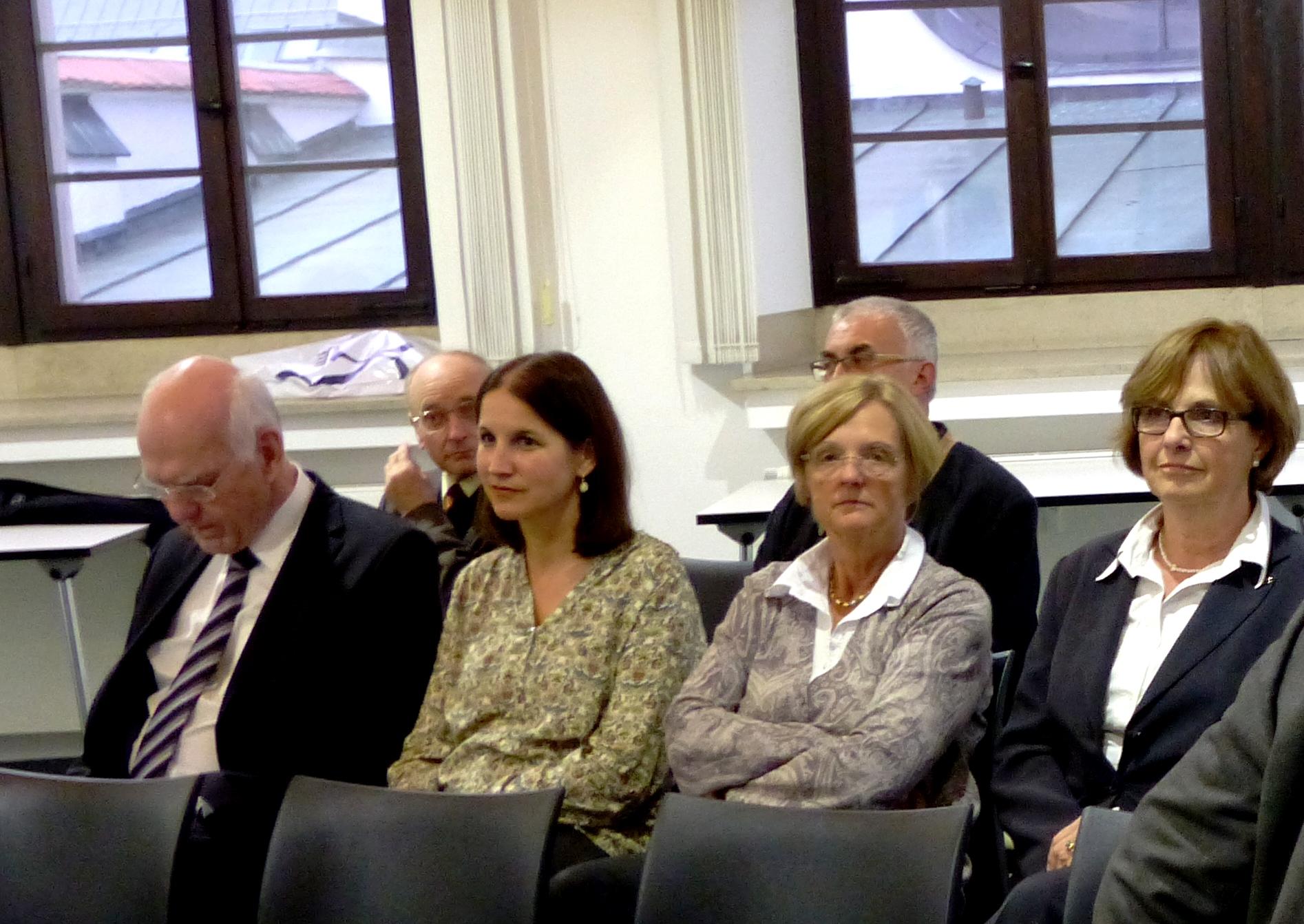 Konzentrierte Zuhörer der Ökumenischen Begegnung im Annahof