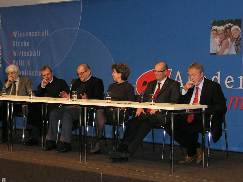 Die Referenten vom Samstag stellten sich den Fragen des Publikums (v. li.): Prof. dr. Rolf Kießling, Abt Theodor Hausmann OSB, Prof. Dr. Wolfgang Augustyn, PD Dr. Dorothea Diemer, Prof. Dr. Wilhelm Liebhart, Prof. dr. Wolfgang Wüst.