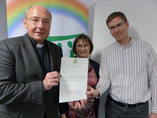 Im Bild von li. nach re.: Pfarrer Dr. Ulrich Lindl, Berta Arzberger (stv. Vorsitzende) und Pavel Jerabek (Vorsitzender)