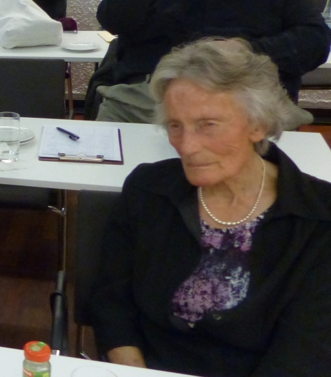 Lotte Unglert bei Satzungsberatungen (Foto: Beate Dieterle)