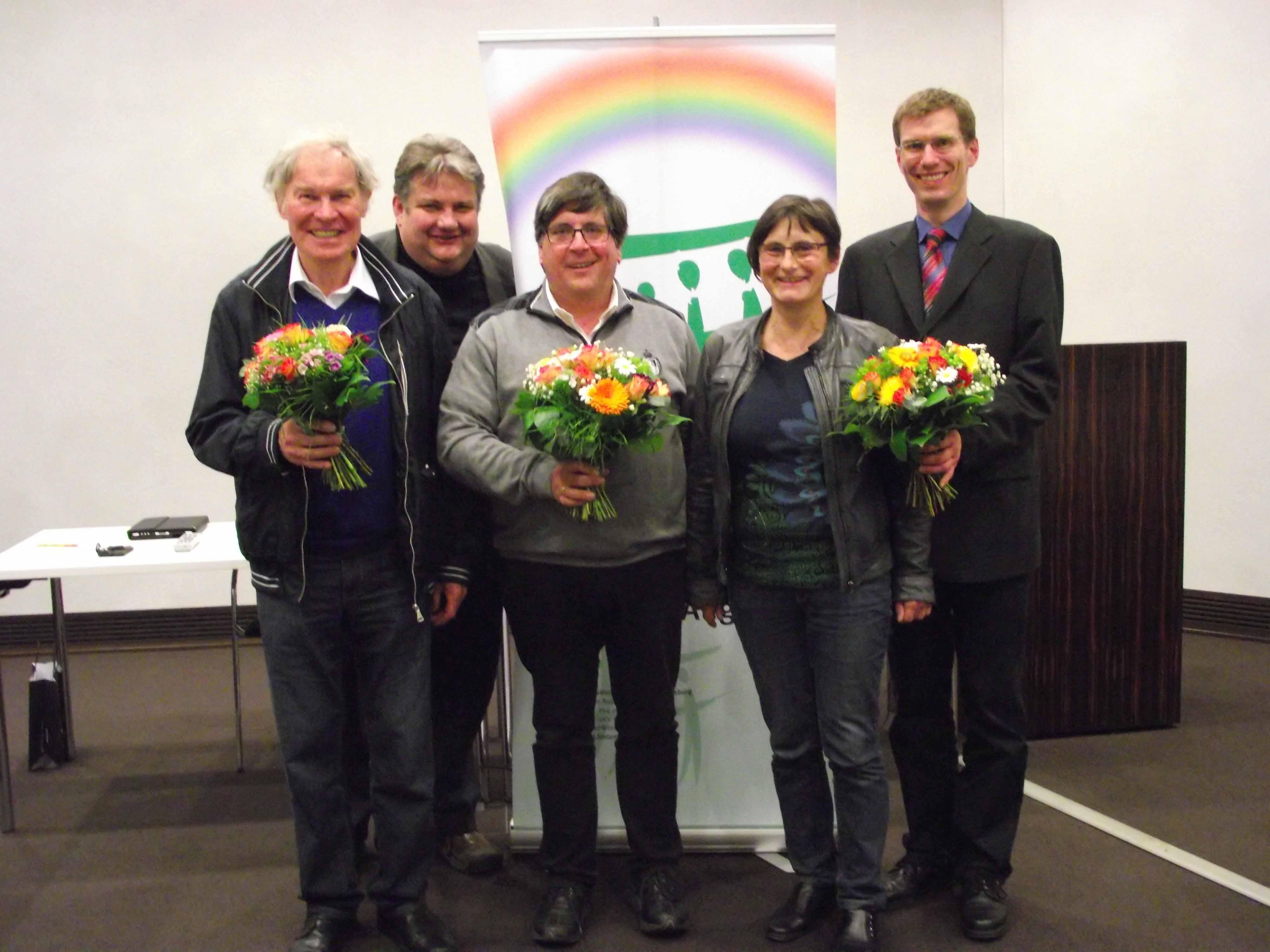 Der scheidende Vorsitzende Ulrich Hoffmann (Mitte) und der neue Vorsitzende Pavel Jerabek mit Vorstandsmitgliedern